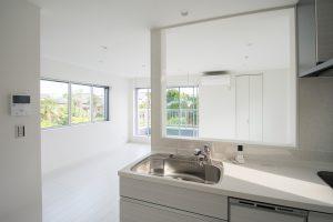 白を基調としたモダンな住まいにやさしい光が満ちる家