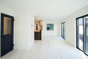 白空間と重厚感のある建具によるメリハリある住宅