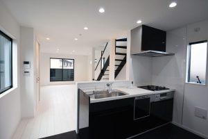白×黒のコントラストが美しいスタイリッシュで快適な住まい